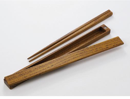 箸箱のふたには磁石がついていますので、片手で左右に扇の様に開きます。箸の重さは男女問わず7グラムと軽量です。