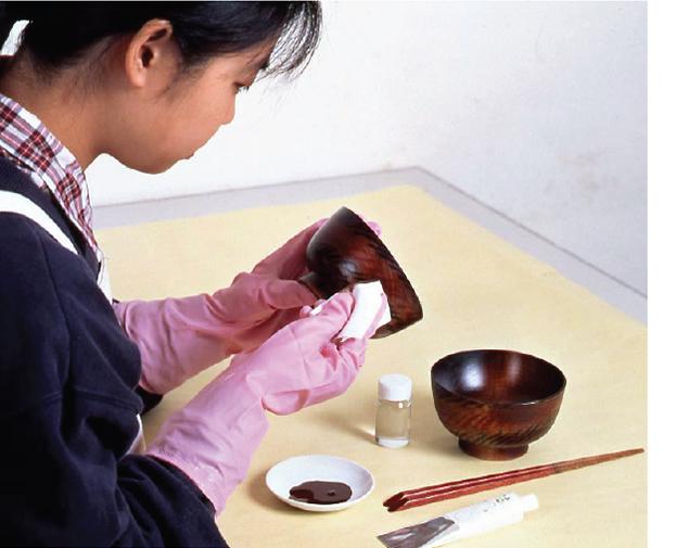 「ウィークエンド漆職人・入門編」を使い拭き漆をしているところ。おおぶりの汁碗(2客)とながめ箸(2膳)とおためし豆皿(1枚) が製作できるフルキット